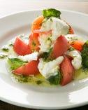 水牛モッツァレラ(イタリア産)とトマトのカプレーゼ ~ジェノベーゼソース~