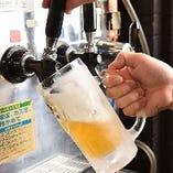 キンキンに冷えた注ぎたてビールは、焼き立ての串焼きと相性抜群!