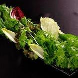 十数種類のお野菜からお勧めのものを盛り合わせ。 人気の包み野菜。