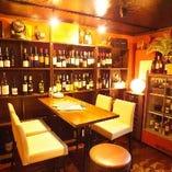 ワイン棚をバックに楽しめるハイチェアーテーブル席(~4名様)