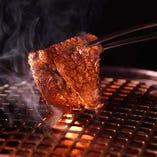 噛むほどに旨み溢れ出す熟成肉。口に入れた瞬間に広がります