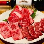 芸術品!!店主こだわりの熟成肉。ディスプレイされた熟成庫も。