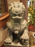 入口両脇には一対の獅子が鎮座し、皆様をお出迎え。