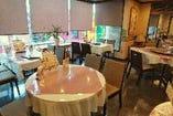 【2Fフリー席】4名掛けテーブル×4、5~8名様用円卓×1 ございます。※現在は隣席との間にアクリル板を設置