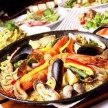 自家製スープで生米から炊き上げた自慢のパエリア。