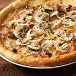 『マッシュルームとパンチェッタのモンテビアンコ』は燻製したモッツァレラチーズ、グラナダーノチーズを使用