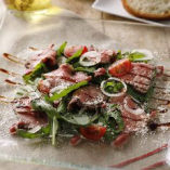 『牛肉のタリアータサラダ』は薄切りにした牛肉のステーキにルッコラをのせ、自家製ビネグレットソースと、バルサミコクリームの2種のソースで仕上げました