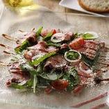 イタリアの定番料理「タリアータ」をサラダ仕立てに