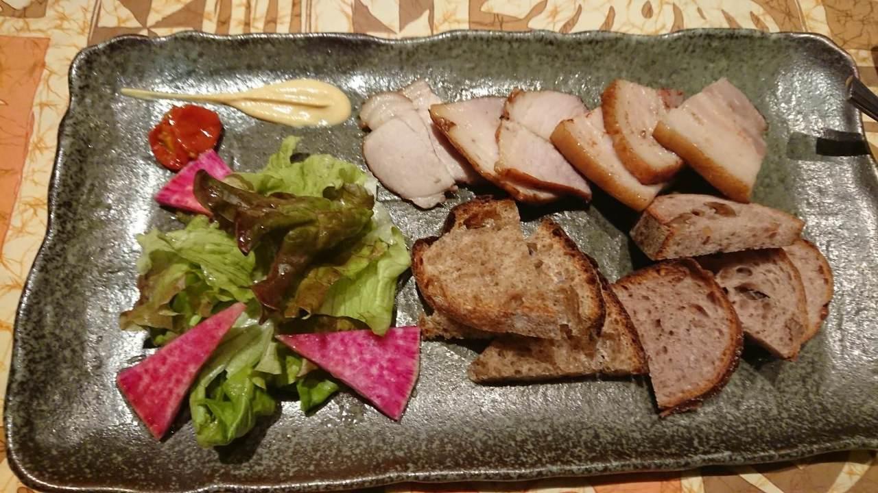 ふじさわ産の豚肉を使った自家製の燻製豚肉です。完全無添加です