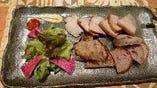 自家製 燻製豚肉のばら、モモ盛り合わせ