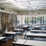 五十鈴川の景色を楽しめる広い座敷席