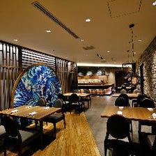 料理に合わせた雰囲気の空間で過ごす