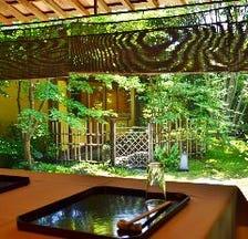 庭園を眺めお食事を堪能する個室