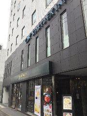 京急EXイン横浜東口様の前を真っ直ぐに進みます。 1階はPRONT様です。