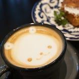 カフェメニューではカフェラテやフレーバーラテが人気!
