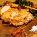 大山鶏を丸ごとグリルで焼き上げた「大山鶏もも肉の炭火焼き」