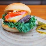 こんがり炙ったトマトとチーズがお肉の旨味を引き立てる「Grin'sBurger」