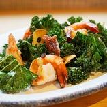 野菜の王様ケールと小海老を絡めた「ケールと小海老のホットサラダ」