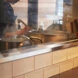 2階のキッチンはガラス越し。調理を眺めながら楽しいひとときを!