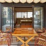 広々した3階テラス席はテーブルをレイアウトしたり、夜景を眺めながら立ち飲みしたり、使い方はさまざま