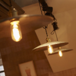 ファクトリーテイストの照明がおしゃれな空間を演出