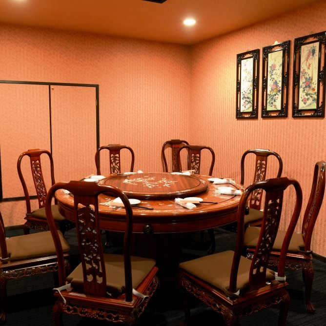 円卓のテーブル席もご用意しております。接待やお祝い事にも最適
