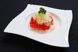 新鮮で旬の野菜で仕立てたサラダは見た目も鮮やかな逸品揃い
