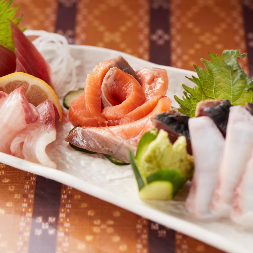 沖縄の新鮮な海の幸を刺身で!盛り合わせは1408円