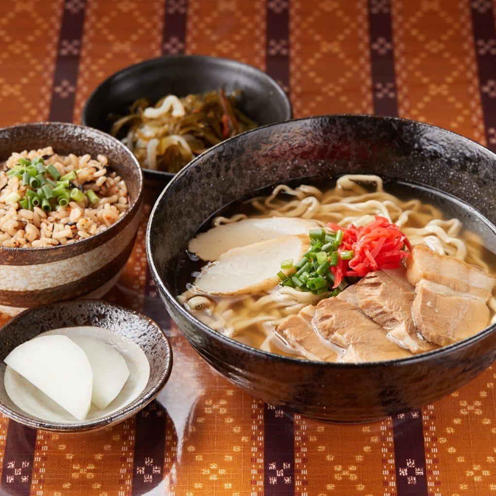 出汁の効いたスープとコシのある麺が絡む「沖縄そば」をランチで