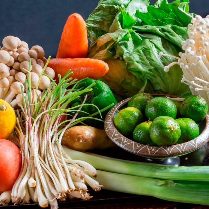沖縄の野菜や豆腐など地元の食材をふんだんに使った料理に舌鼓!