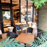 緑に囲まれ、季節によりその雰囲気は変化。ゆったりソファーで和やかな時間をお過ごしください。