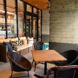 陽の光が差し込み、温かい空気を体で感じられるテラス席は6名様までご利用可能です。