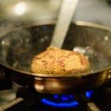 安心できる食材で、おいしいお料理を。あえてA4にしているEMO牛100%のハンバーグは、美味しいこと間違いありません。