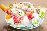 各漁港からの直送と料理長の目利きによる鮮魚の買付け【北海道、長崎県、愛媛県、東京都築地】