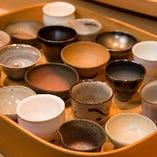 唐津の高名な陶芸作家の酒器の中から好みのものを選ぶ楽しみも。
