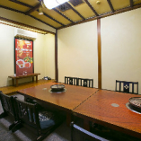接待や顔合わせ、大切なお食事の席に最適な座椅子のある和個室。8名様までご利用いただけます。