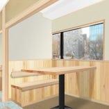 木のぬくもりを感じられる暖かなテーブル席