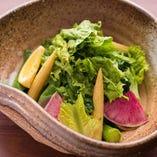 季節の旬野菜を味わえる「八百屋さんのグリーンサラダ」