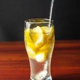 たっぷりレモンが爽やかな「極レモンサワー」