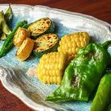 その時期の旬野菜を焼き上げる「野菜焼き盛り合わせ」