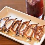 看板商品の肉汁焼き餃子。その他8種類の餃子メニューをご用意。