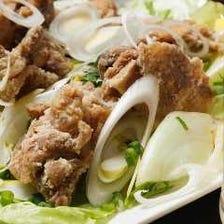 ネギたっぷりで食べる鶏の唐揚げ(油淋鶏風)