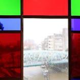 大正時代のステンドグラスを通して眺める、今の金沢