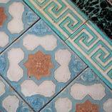 今は珍しいタイル貼りの床。デザインに大正浪漫を感じる