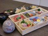 松花堂懐石料理は、慶事・法事などの会食にも幅広くご利用いただいております。松花堂会席膳(六つ切箱)に茶碗蒸し(通常サイズ)、天ぷら、吸物、味ご飯、デザートが付きます。陶板料理などもご用意可能です。内容はご予算に応じて変更になります