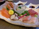 通常はマグロ、鯛、赤海老、いか、サーモンが中心ですが、事前ご予約で、トロ、光物、その他、旬食材のご用意が可能です。刺身好きの方はご連絡くださいませ