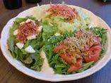 干しエビのカリカリサラダ、トマトとちりめんじゃこサラダ、ベーコンチーズサラダの3種類がひと盛りに!ドレッシングもそれぞれのサラダに合うよう3種類使い分けています