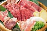 鮮度が命の食材が自慢!元祖桶盛りのお肉をどうぞ。