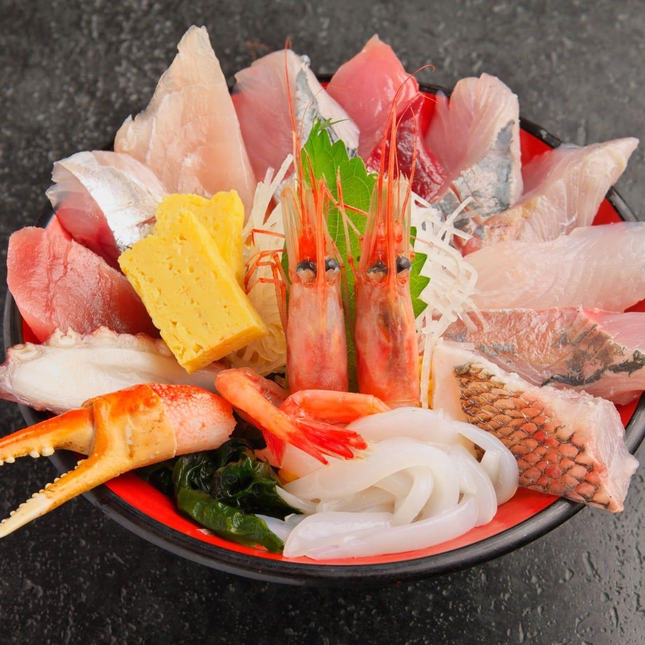 能登の地魚を贅沢に使用した自慢の海鮮丼をお楽しみください