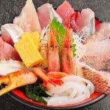 ランチからディナーまで楽しめる海鮮丼はお持帰りも可能です